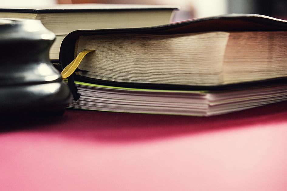 Raamattu pöydällä.