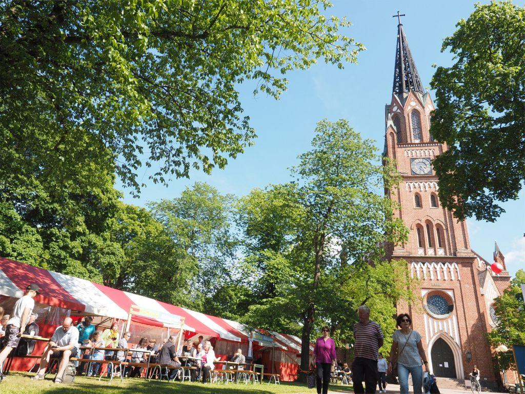 Keski-Porin kirkon edessä tarjoilukatoksia.
