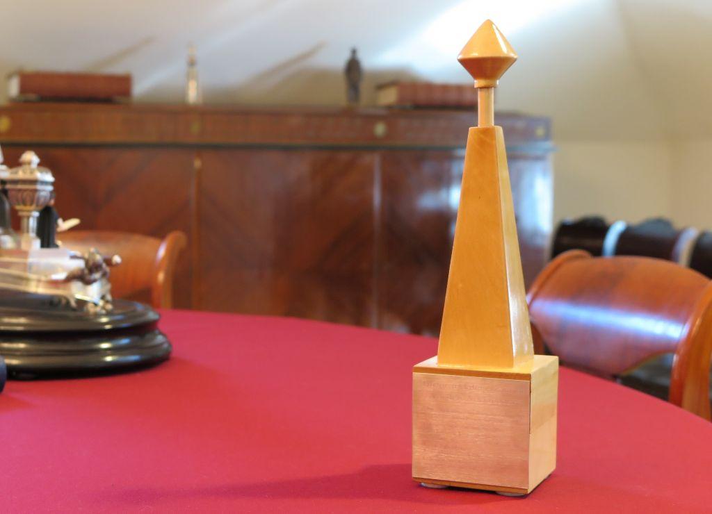 Arkkipooki-palkinto pöydällä.