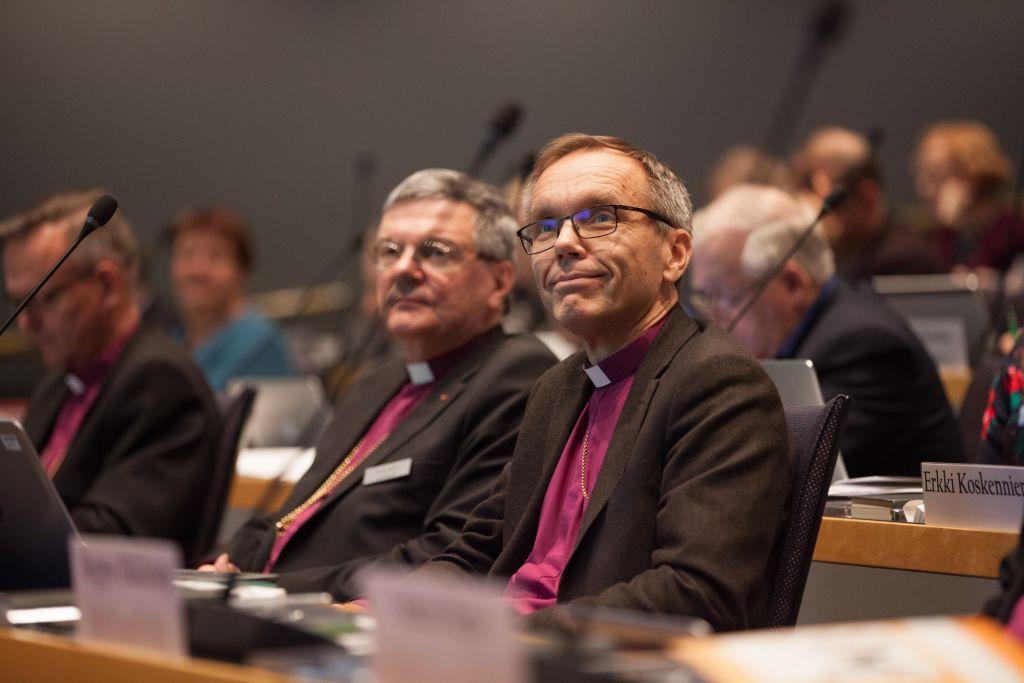 Kirkolliskokouksen istunnossa piispat Björn Vikström ja Kaarlo Kalliala eturivissä.