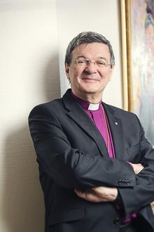 Piispa Kaarlo Kalliala hymyilee.