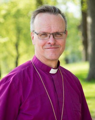 Arkkipiispa Tapio Luoma kesällä ulkona.