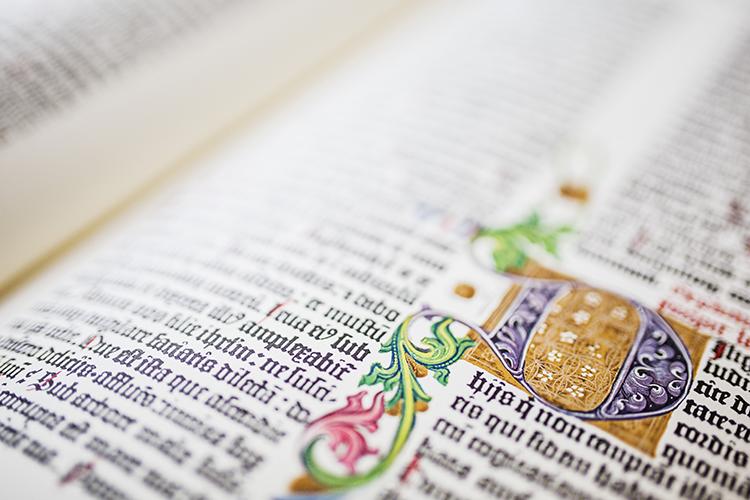 Koristeellinen sivu latinankielisessä kirjassa.
