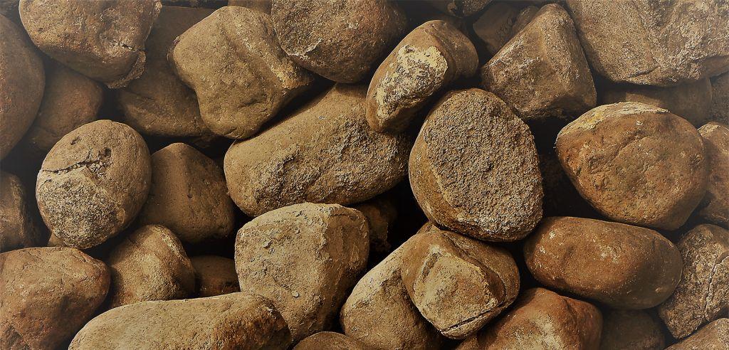 Isoja kiviä maassa