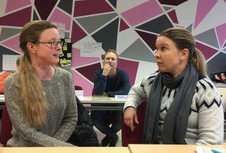 kaksi naista keskustelee koulutuksessa