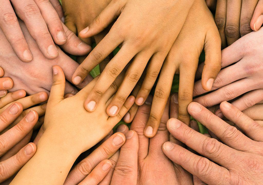 Käsiä päällekkäin ja yhdessä