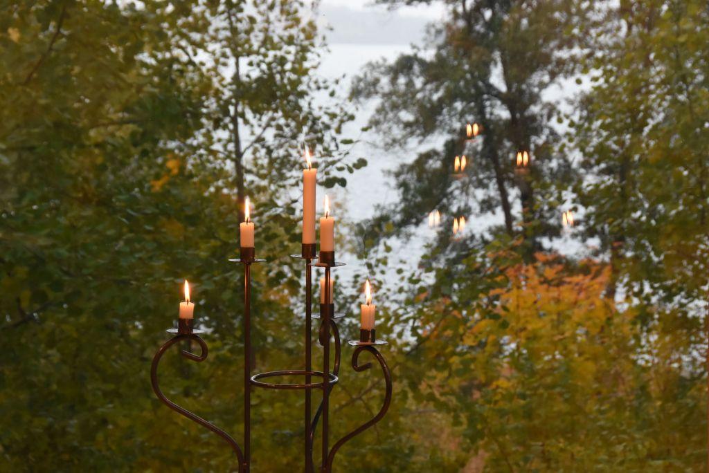 Kynttilöitä ikkunamaiseman edessä
