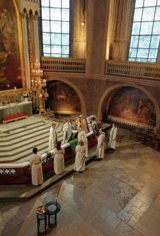 Turun tuomiokirkon alttarilla piispa avustajineen vihkii uusia pappeja ja diakonian viranhaltijoita. Yhdelle vihittävistä asetetaan stolaa.
