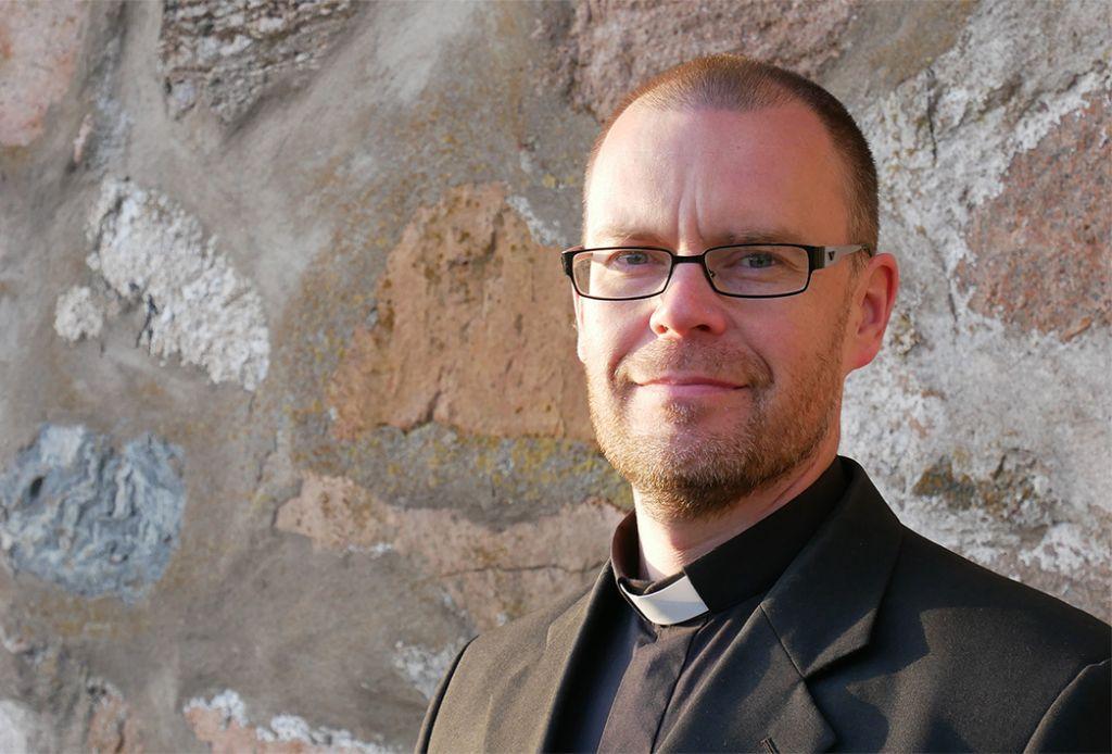 Mynämäen kirkkoherra Antti Kallio kirkon seinustalla