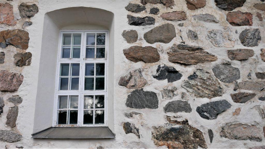 Vanhan kivikirkon ikkuna ja seinää