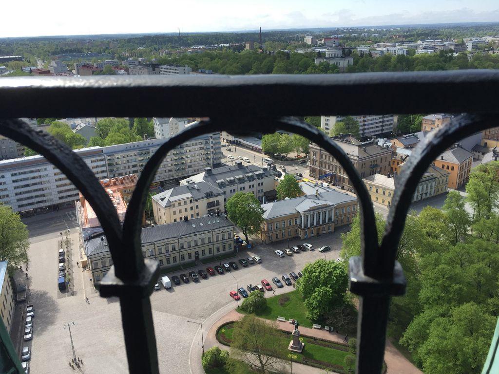 Åbo Akademin rakennuksia Turun tuomiokirkon tarnista kuvattuna