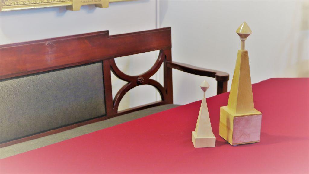 Iso ja pieni Arkkipooki-palkinto pöydällä