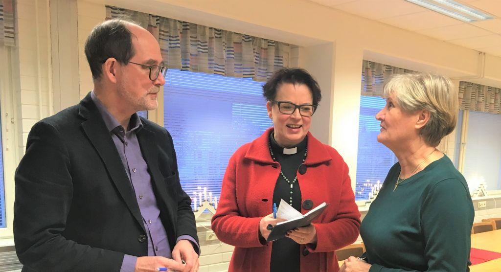 Kirkkoherra Heimo Hietanen, vt kappalainen Anne Sippola ja vapaaehtoinen Sointu Mäntylä keskustelevat.