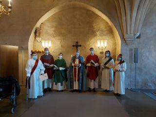 Kuvassa kuusi vihittyä ja piispa Kaarlo Kalliala. He seivovat Turun tuomiokirkon sakastin alttarin edessä.
