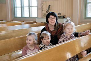 Projektityöntekijä Tiina Aaltonen ja lapset Littoisten kirkossa