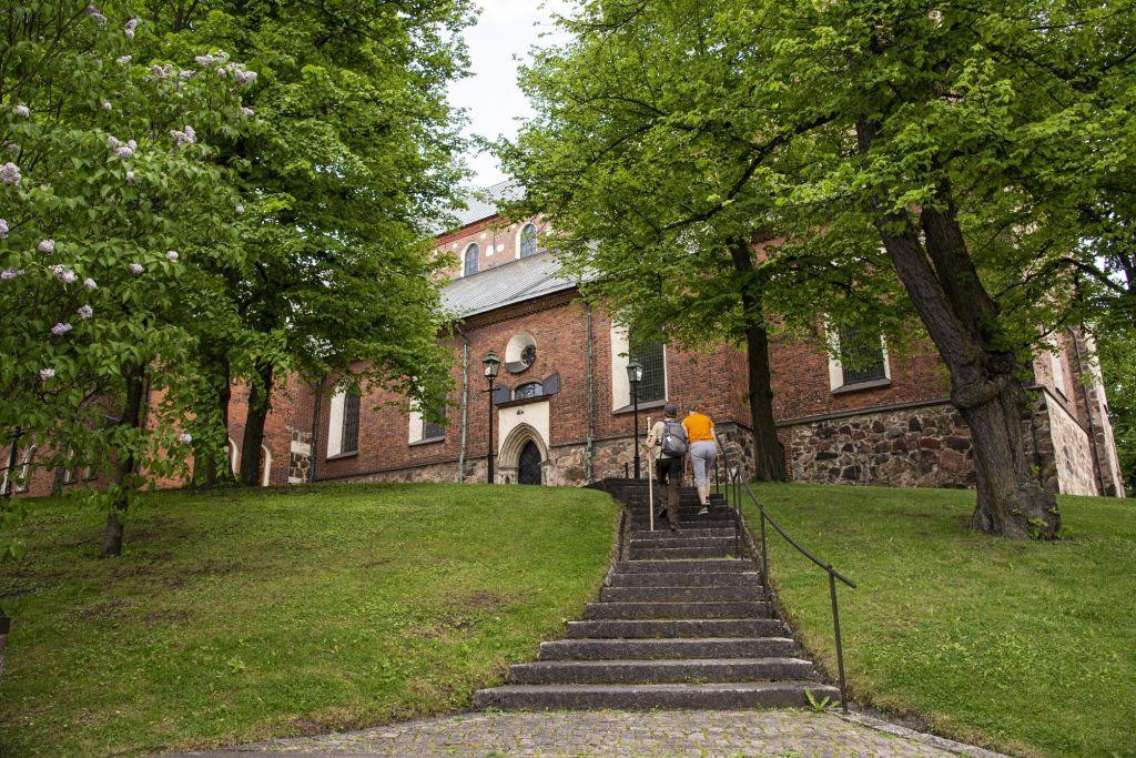 Tuomiokirkko. Ihmisiä nousee portaita kohti kirkkoa.