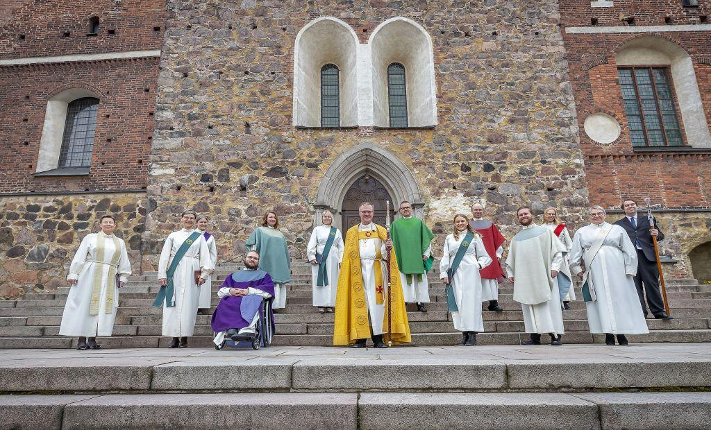 Turun tuomiokirkon edustalla arkkipiispa ja pappisvirkaan ja diakonian virkaan vihittyjä.